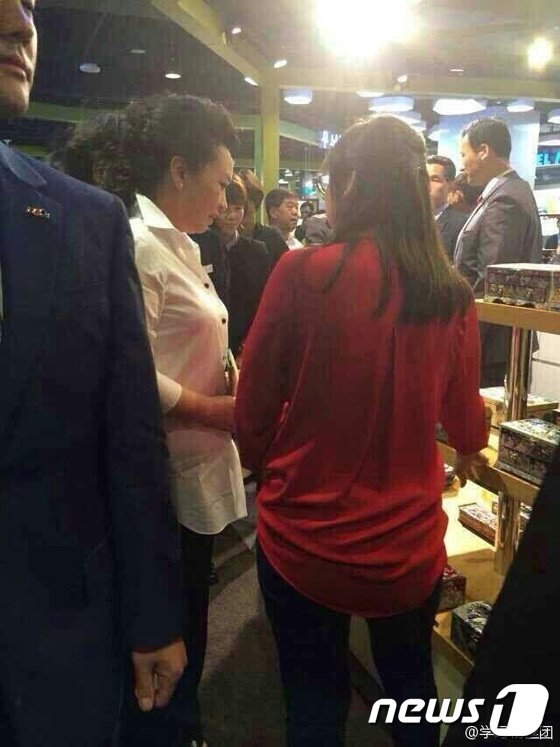[사진]펑리위안, 동대문 쇼핑몰 깜짝 방문!
