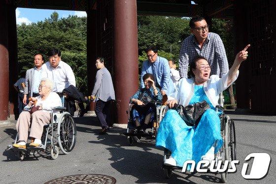 [사진]성난 할머니들, 박유하 교수 학교 찾아