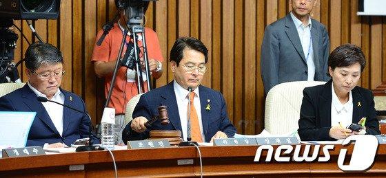심재철 세월호 국조특위 위원장(사진 가운데) /뉴스1 © News1   박세연 기자