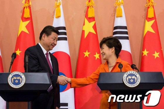 박근혜 대통령과 시진핑(習近平) 중국 국가주석이 3일 청와대에서 한·중 정상회담을 마친 후 열린 공식 기자회견에서 악수를 하고 있다. (청와대) 2014.7.3/뉴스1 © News1   박철중 기자