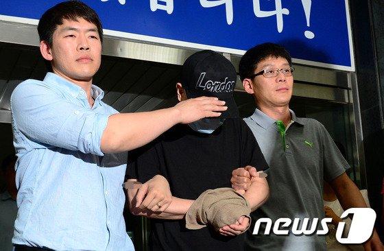 재력가 청부살해 사건과 관련해 살인 혐의로 구속된 팽모씨(44)가 3일 오후 서울 강서경찰서에서 검찰로 송치되기 위해 밖으로 나오고 있다. /사진=뉴스1<br />