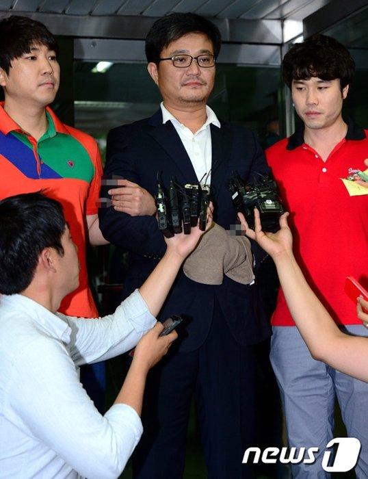 재력가 청부살해 사건과 관련해 살인교사 혐의로 구속된 김모씨(44)가 3일 오후 서울 강서경찰서에서 검찰로 송치되며 취재진의 질문 공세를 받고 있다. /사진=뉴스1