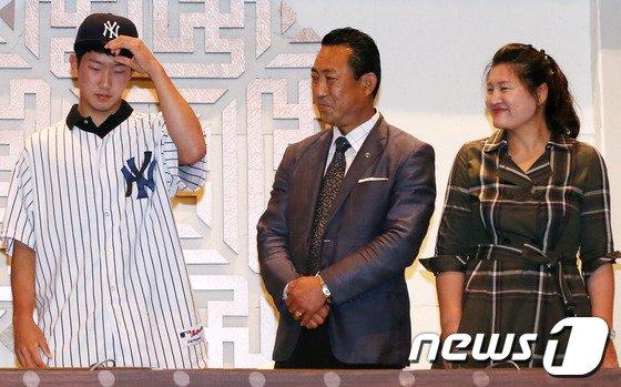 [사진]부모님 앞에서 양키스 유니폼 입은 박효준