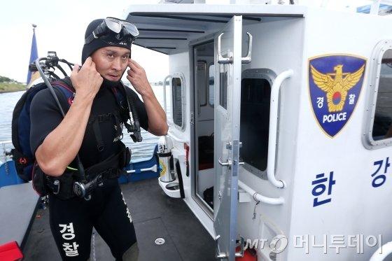 한강경찰대 수색2팀 강동구 경사(36)가 지난 4일 신고를 받고 출동하기 준비하고 있다. /사진=최부석 기자