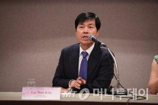 김태한 삼성바이오로직스 사장이 9일  개최된 '2014 바이오의약품 국제 전문가 포럼' 기자간담회에서 기자들의 질의에 답변하고 있다./사진=식약처
