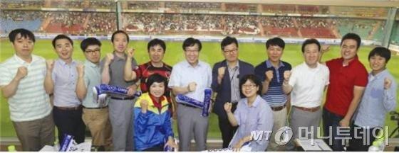 9일 포항스틸러스 홈경기장에서 권오준 포스코 회장이 직원들과 함께 축구를 관람하며 소통하는 이색 이벤트를 가졌다./사진=포스코