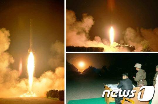 [사진]北 김정은, 전술로케트 발사 현지지도