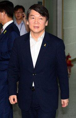 안철수 새정치민주연합 공동대표가 9일 오후 여의도 국회 의원회관에서 열린 비공개 최고위원회의에 참석하고 있다. 2014.7.9/뉴스1 © News1 박세연 기자