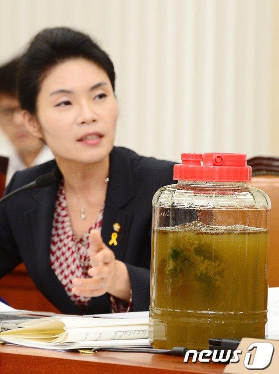 [사진]한정애 의원 '큰빗이끼벌레 보이며'