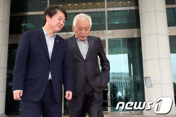 [사진]안철수-김한길 '대화나누며..'