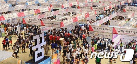 '2014 서울진로직업박람회'에 참여한 학생들이 자신의 진로와 적성을 찾고 있다. © News1 양동욱 기자