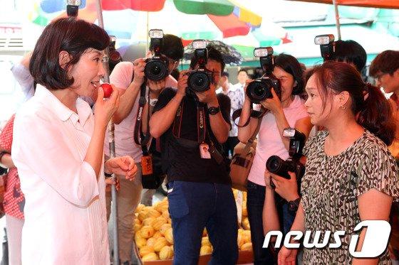 [사진]자두 먹는 나경원 전 의원