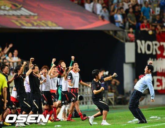 지난해 8월 수원을 상대로 10경기 만에 슈퍼매치 승리를 거둔 FC서울. /사진=OSEN<br /> <br />