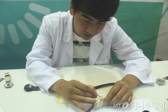 동서울대 시계주얼리학과는 '2014 전문대학 EXPO'에서 시계 조립과 분해 프로그램을 진행했다. /사진=조영선 기자