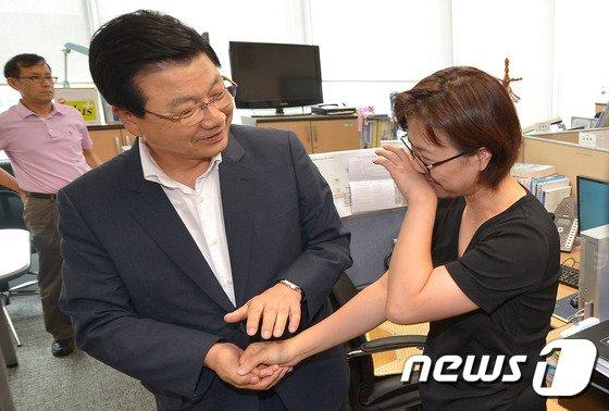 작별 인사 나누는 김진선 조직위원장