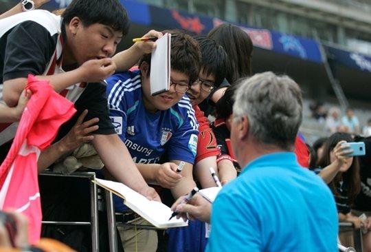 지난 2012년 열린 '2002 대표팀 초청 K리그 올스타전'에서 공개 훈련 후 팬들이 히딩크 감독에게 사인을 받고 있다. /사진=한국프로축구연맹 제공