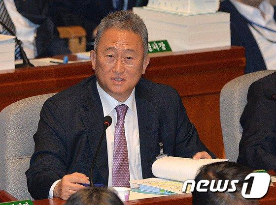 김기춘 비서실장 대리로 출석한 윤창번 수석