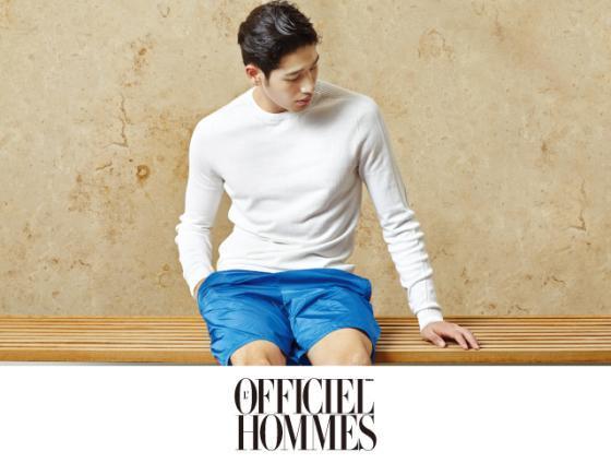 화이트 스웨터 27만8천원 라코스테 뉴욕 컬렉션, 블루 컬러 스윔 팬츠 가격 미정 프라다.