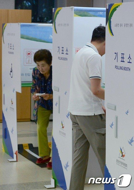 [사진] 7·30 재보선 동작을 투표 시작