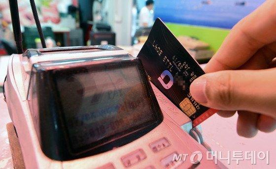 '미운 오리'신용카드, 규제입법 줄줄이..'소멸' 운명?(종합)