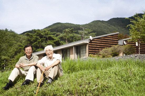 생전의 원경선 원장(오른쪽)과 아들 원혜영 위원장의 모습./사진=원혜영 위원실