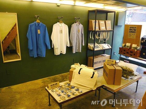 창신동에서 만들어진 셔츠와 가방 등이 홍성재, 신윤예씨의 '000간'에 전시돼 판매되고 있다.