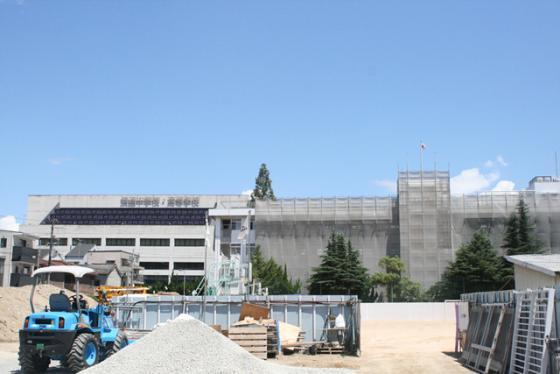 건국학교는 2013년부터 재건축 공사를 시작했다. 공사중에도 학교 건물에는 태극기가 휘날린다. 바로 옆은 일본 공립학교인 '나니와 중·고등학교다. /사진=조영선 기자