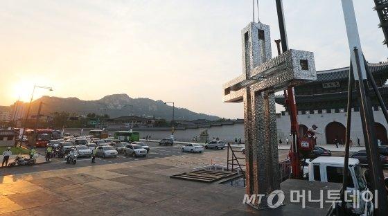 프란치스코 교황이 주례하는 시복식을 닷새 앞둔 지난 11일 오후, 행사가 열릴 서울 광화문 광장에서 시복식 무대의 십자가 조형물이 설치되고 있다. /사진=이동훈 기자