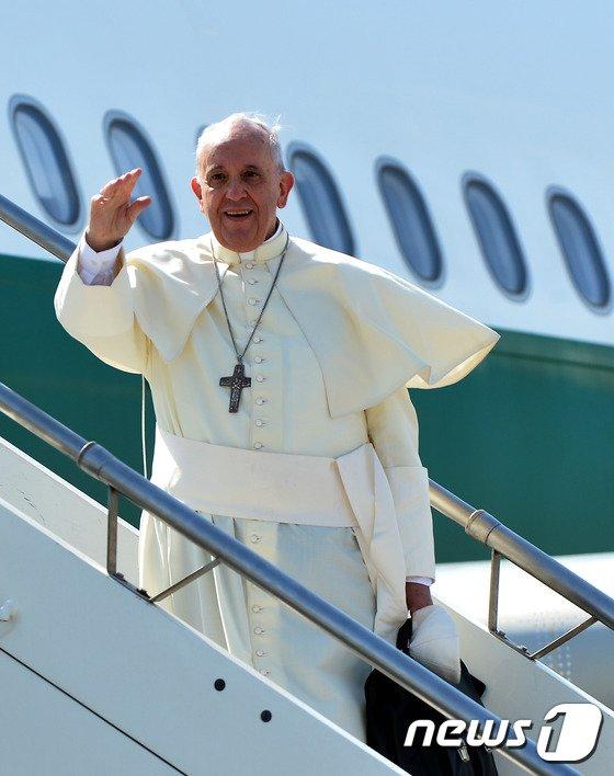 [사진]프란치스코 교황, 한국 출발
