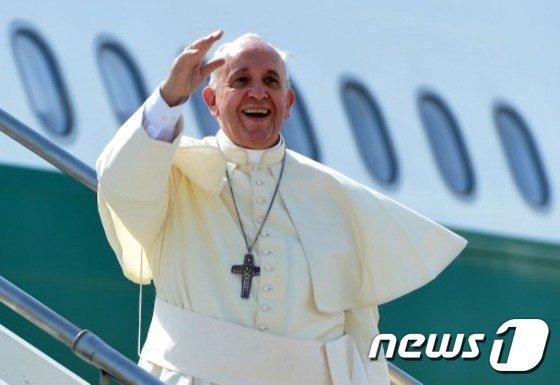 프란치스코 교황이 현지시간 13일 오후 4시(한국 시각 밤 11시)에 4박5일간의 한국 방문을 위해 바티칸을 출발하는 항공기에 탑승하기에 앞서 손을 흔들며 인사하고 있다. © News1=AFP