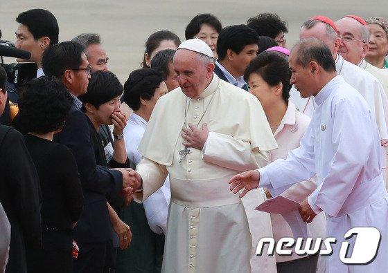 [사진]프란치스코 교황 도착...세월호 유가족과 인사