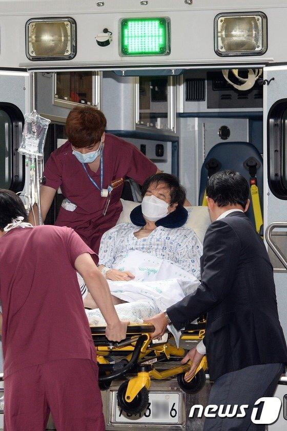 [사진]이재현 회장, 의료진 도움 받아 항소심 출석