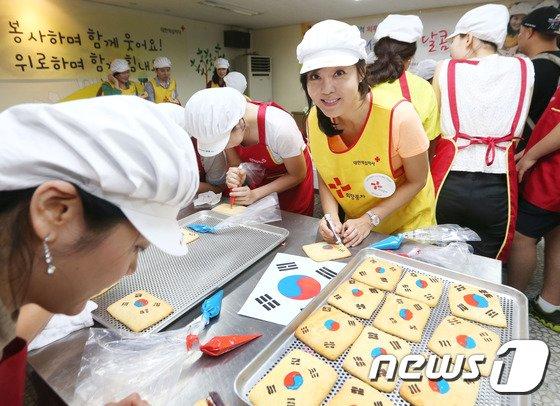 [사진]김윤진, '저와 함께 쿠키 만들어봐요'