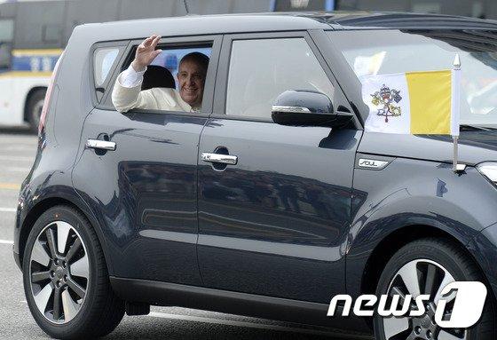 [사진][교황 방한] 쏘울 타고 이동하는 프란치스코 교황