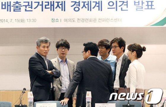 지난달 15일 서울 여의도 전경련회관 컨퍼런스센터에서 열린 온실가스 배출권거래제와 관련한 경제계의 의견 발표 기자회견에 앞서 전국경제인연합회 박찬호 전무(왼쪽)가 관계자들과 대화를 나누고 있다. /뉴스1 © News1
