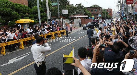 [사진][교황 방한] 환영인파 속 한국천주교중앙협의회 방문