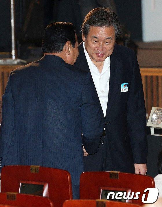 [사진]광복절 경축식 참석하는 김무성-이완구