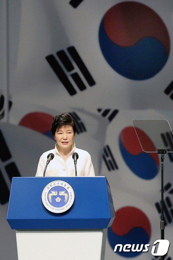 [사진]광복절 경축사하는 박근혜 대통령
