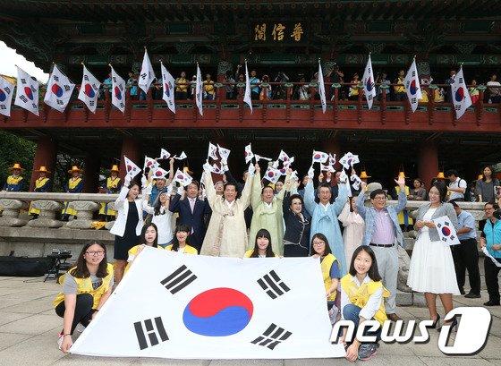 [사진]박원순 시장 '광복절 만세삼창'