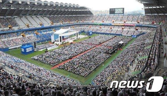 [사진]대전월드컵경기장 가득 메운 가톨릭 신자들