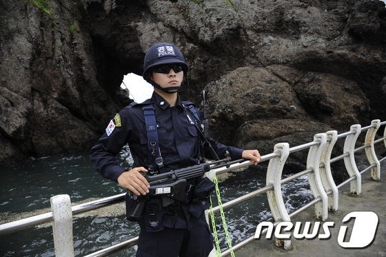 독도경비대원이 동도로 올라가는 입구에서 근무를 서고 있다. © News1 2014.08.15/뉴스1 © News1
