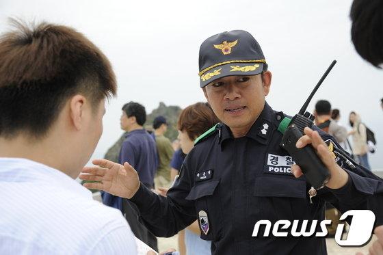 독도경비대의 활동에 대해 설명하고 있는 곽윤철 독도경비대장. © News1