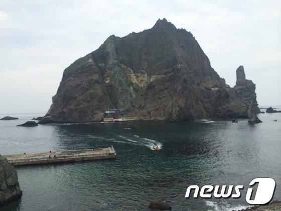 동도 정상부근에서 바라본 서도 전경. 바닷가 부근 집에 김성도 할아버지 부부가 살고 있다. © News1