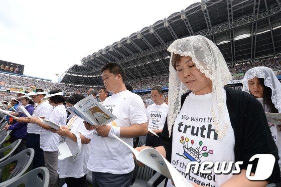[사진]교황 주재 미사 참석한 세월호 희생자 유족