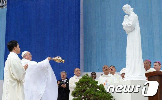 [사진]성모마리아상 앞에 선 프란치스코 교황