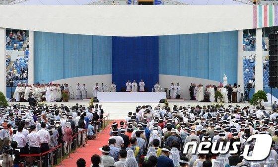 [사진]프란치스코 교황, 방한 후 첫 대중미사