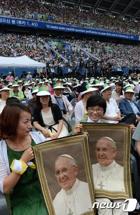 [사진]가톨린 신도들 '교황 얼굴 그려진 수건들고 활짝'