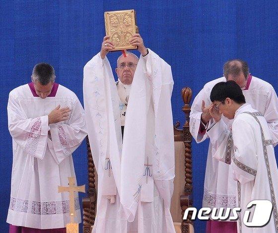 [사진]25년만에 한국 땅 찾은 교황...평화의 메시지 전해