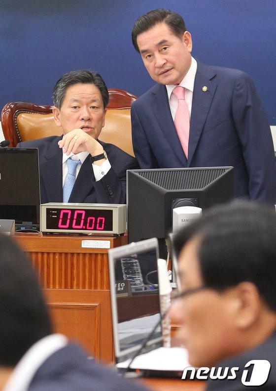 새정치민주연합 전남도당위원장인 이윤석(왼쪽) 의원과 주승용 의원. 2013.9.11/뉴스1 © News1