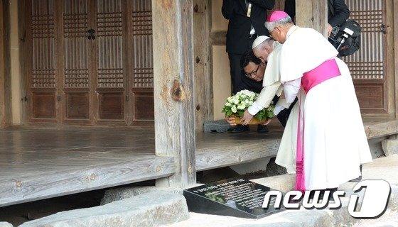 [사진]프란치스코 교황 '김대건 신부, 당신께 바칩니다'